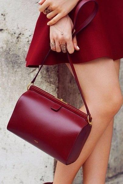 60894f311f07 Модные эксперты советуют выбирать более светлые его оттенки для теплого  сезона, а зимой — дополнять образ сумками темных тонов цвета бордо.