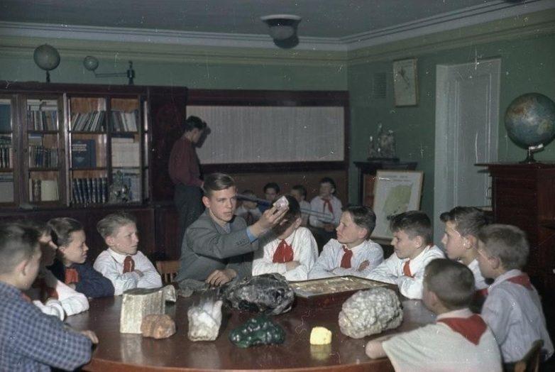 Ленинг�ад�кий дво�е� пионе�ов на�ала 1950� Назад в СССР