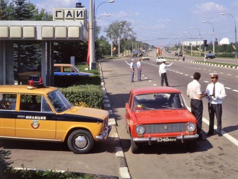 почему милицейские автомобили красили в желтый назад в