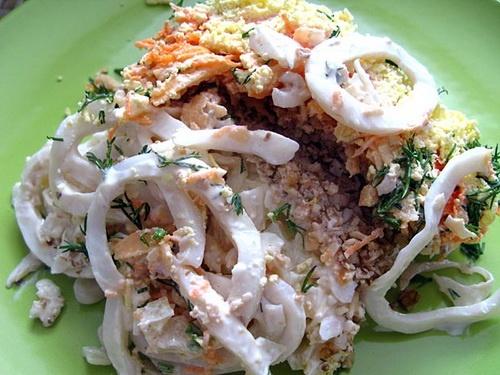 Салат из кальмаров с грецким орехом и грибами рецепт с