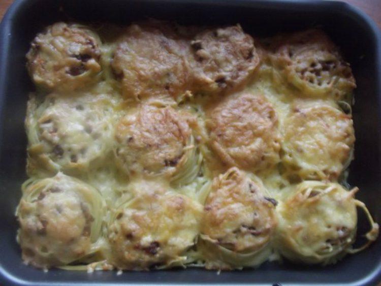 Гнезда из макарон с фаршем в духовке с соусом бешамель рецепт