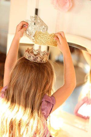 Новогодний костюм принцессы: корона из кружева