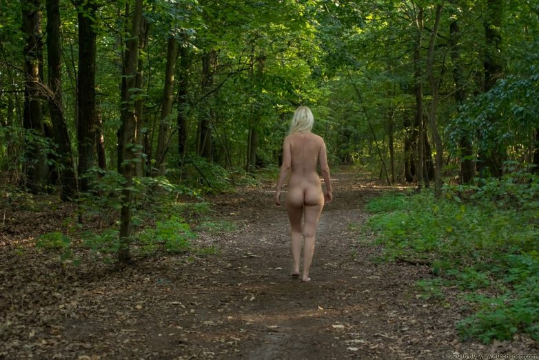 Порно Обнаженная Прогулка По Лесу