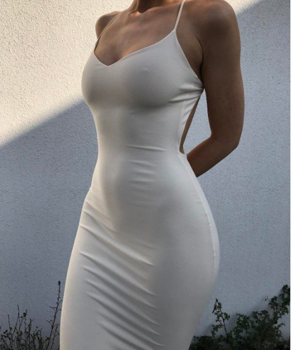 Девушки в платье без лифчика