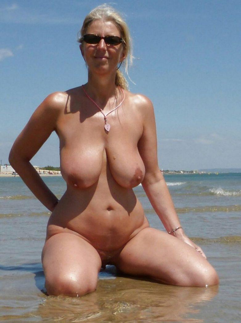 зрнлые женщины на пляже видео