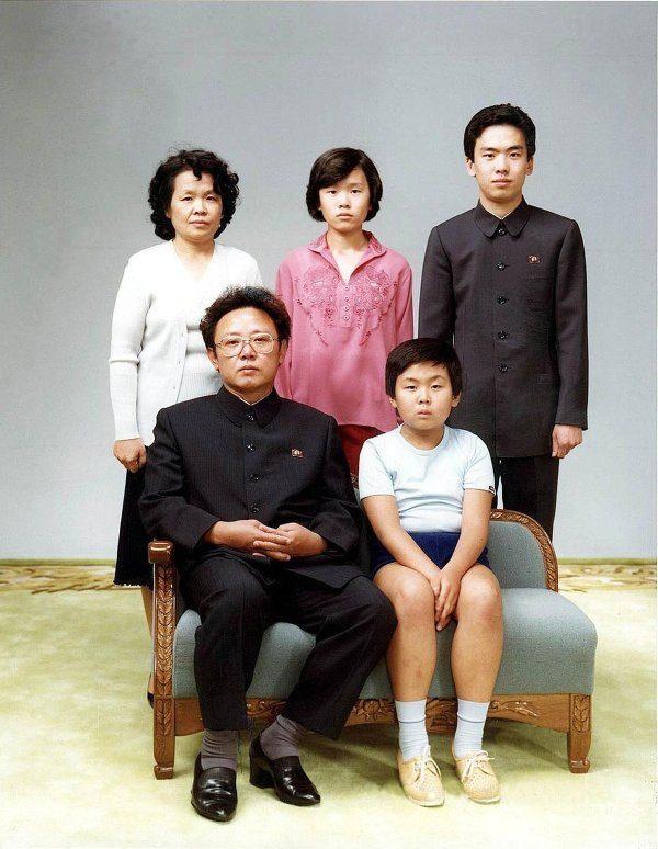 Ким Чен Ын (рядом с отцом), глава Северной Кореи