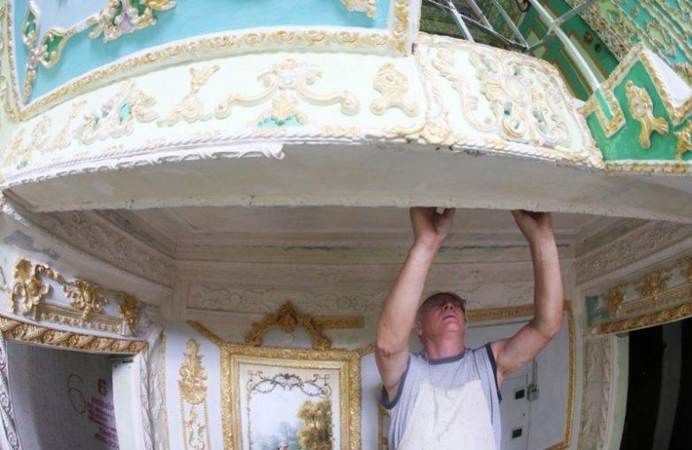 ab5bebe416 Этот пенсионер 16 лет превращает свой подъезд в дворец. Вот, что получилось...