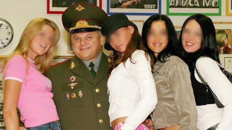 Генерал казачьих войск вызвал девушку на дом, и та оставила его без денег и паспорта