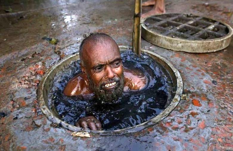 Вам не нравится ваша работа? А в Бангладеше канализационные чистильщики получают всего  за смену