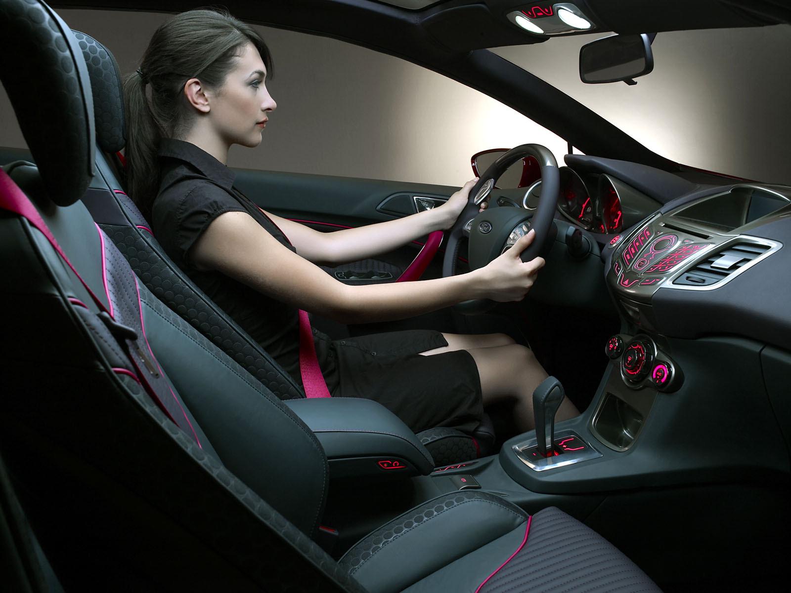 Девушка сидит в машине с цветами фото