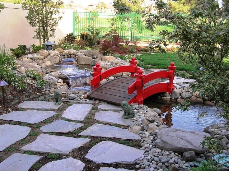 Простой мостик в саду