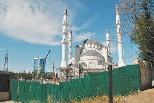 В мононациональных крымско-татарских поселениях царит шариат и ждут своего часа горы оружия