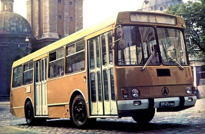 Почему советские городские автобусы были покрашены в «охру»