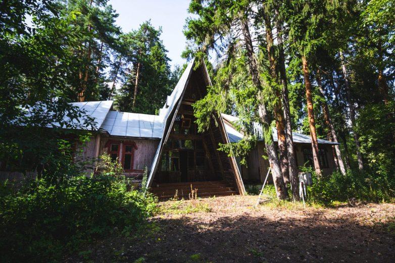 16 кадров заброшенных пионерских лагерей, сохранивших дух и величие нашего детства