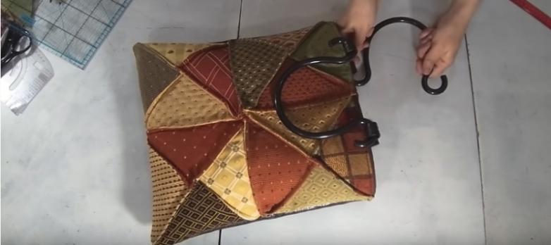 Интересная вещица из лоскутков ткани с рельефными линиями