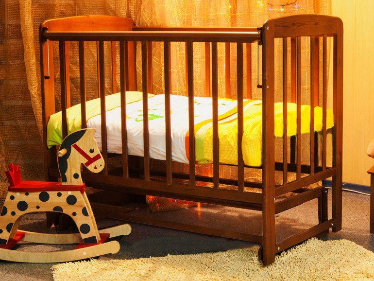 Кроватка для малыша с регулируемой высотой дна