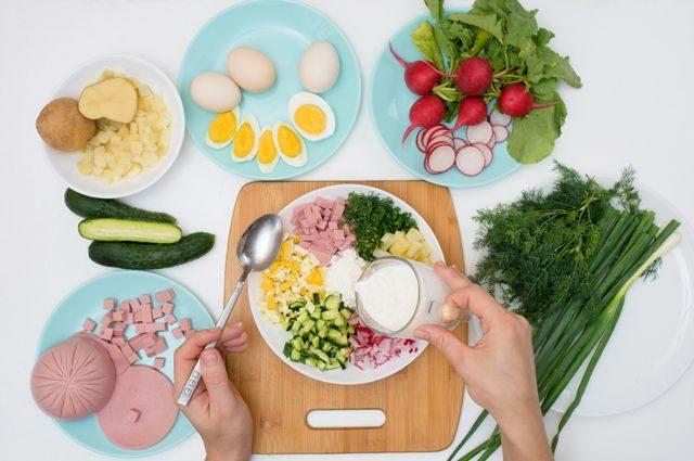 Не только квас и кефир: 8 способов приготовить окрошку