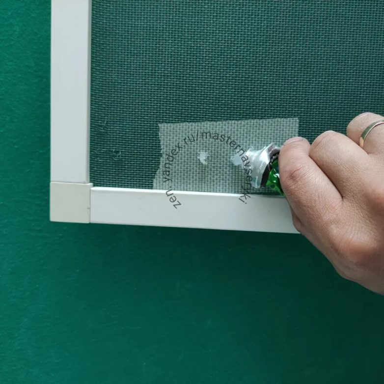 Как легко и просто заделать дырку в москитной сетке без замены полотна