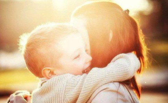 Почему важно обнимать ребенка как можно чаще?