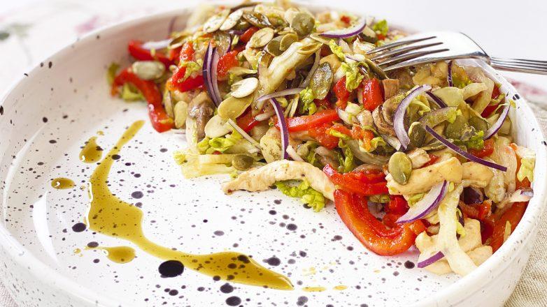 Самый вкусный и полезный салат с куриной грудкой, шампиньонами и печеным перцем
