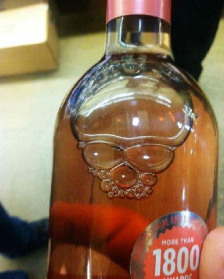 Bilderesultat for bouteille vodka tete de mort