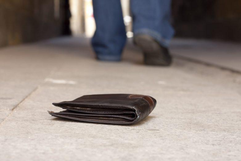 3 веских причины никогда не поднимать найденный кошелек