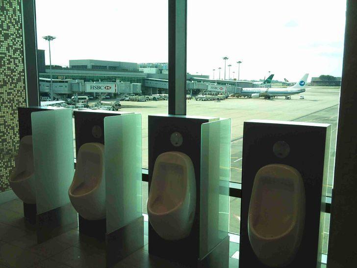 20 весёлых снимков из аэропортов, доказывающих, что это отдельный мир!
