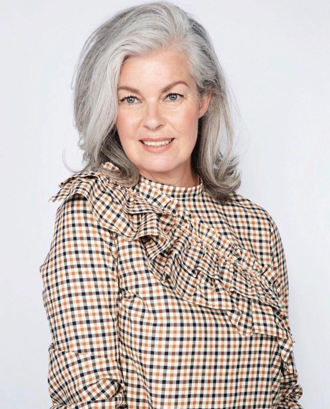 Стильные стрижки без чёлки для женщин 60 лет