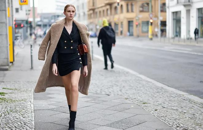 Как носить короткую юбку этой весной